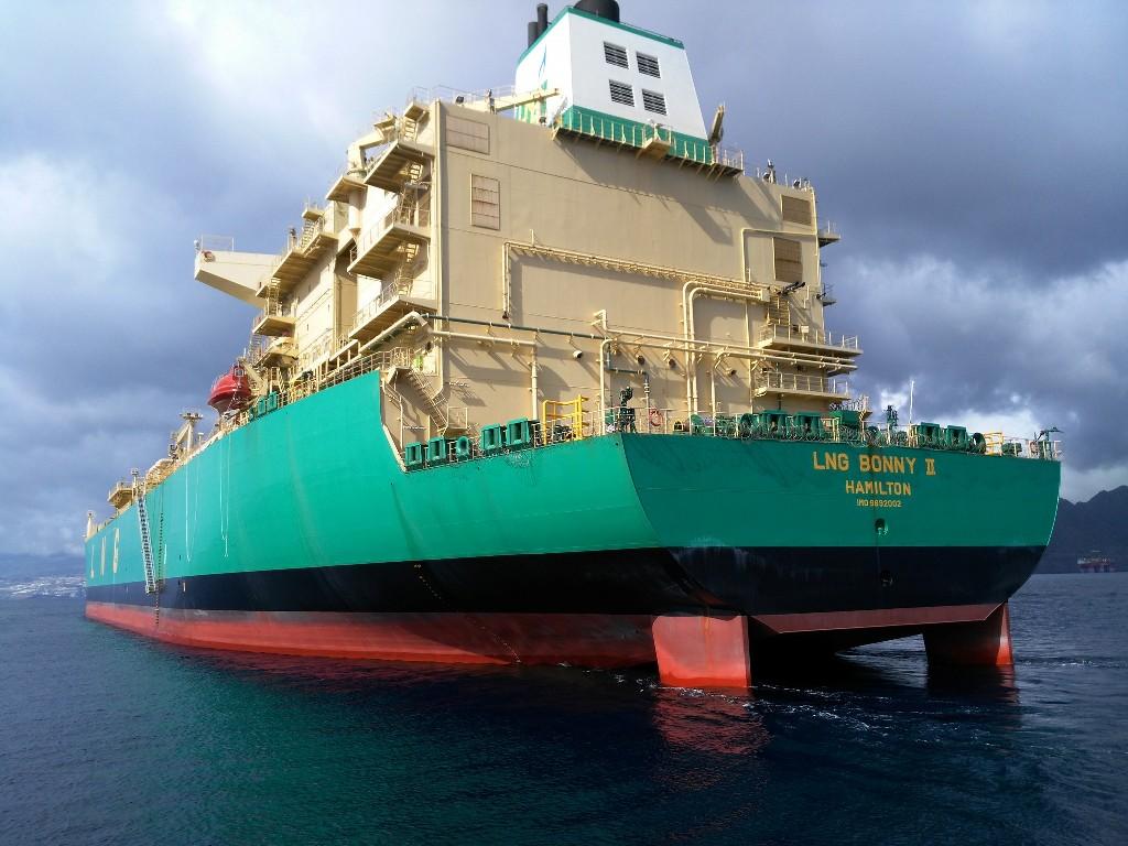 """Obsérvense los dos timones del buque """"LNG Bonny II"""""""