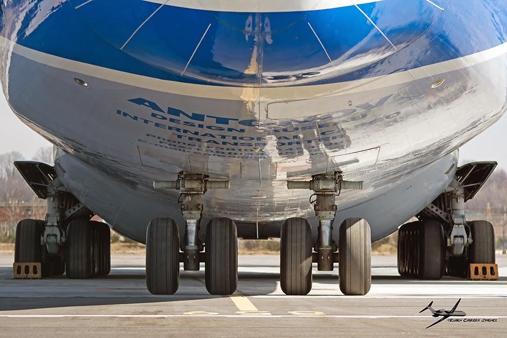 El tren de aterrizaje está formado por un sistema apoyado en 32 ruedas