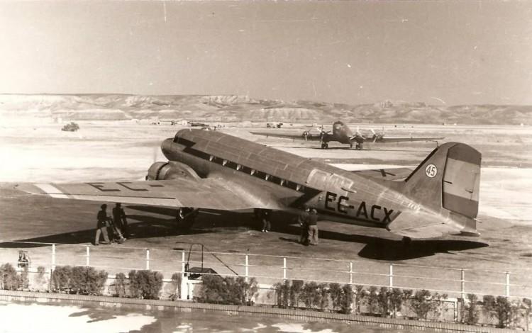 Douglas DC-3 de Iberia EC-ACX, estacionado en el aeropuerto de Madrid-Barajas