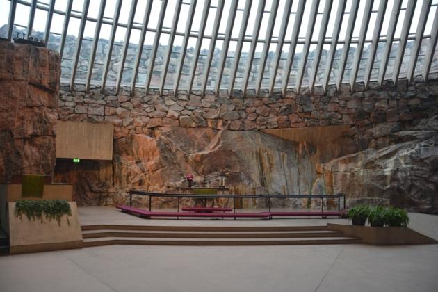 Altar mayor. Domina la sobriedad reforzada por la piedra natural