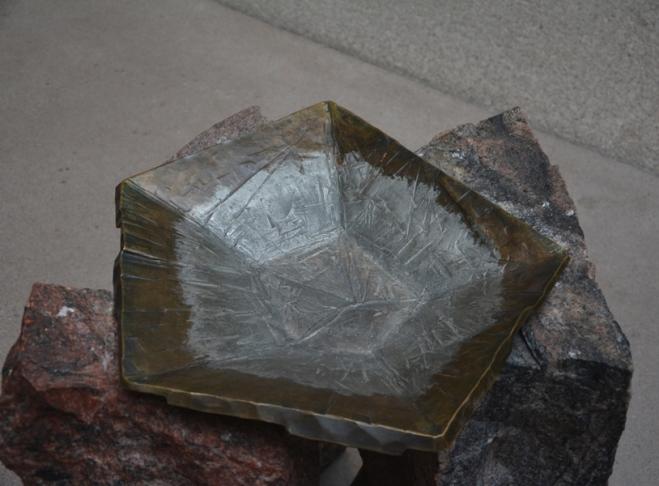 La pila bautismal tiene forma pentagonal