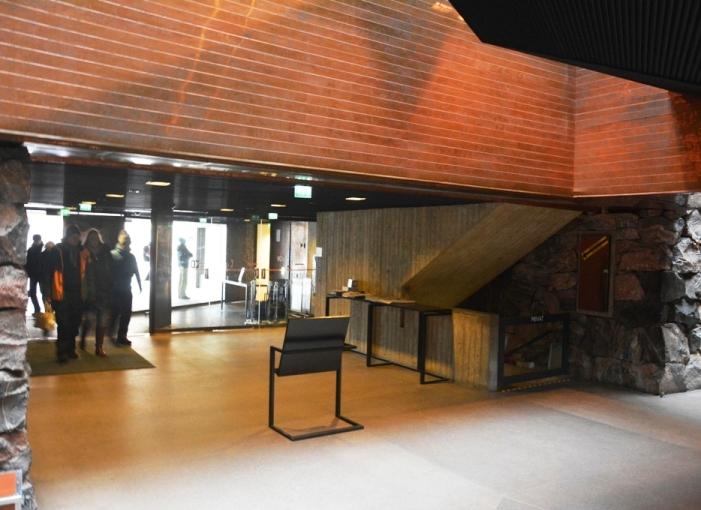 Atrio de Temppeliaukio. A la derecha, la escalera de acceso a la planta superior