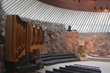 El órgano y las gradas del coro están situados en el lado izquierdo