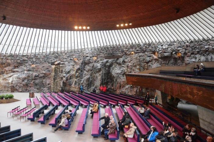 Temppeliaukio es una de las iglesias más visitadas de Finlandia. Siempre hay gente