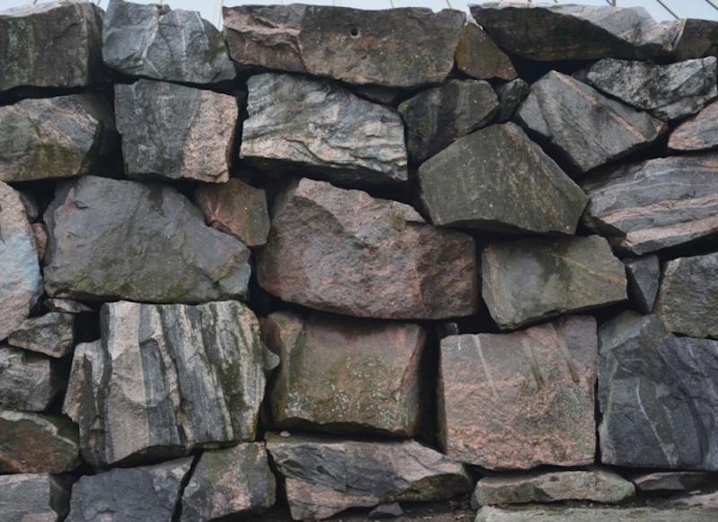 Grandes bloques de rocas graníticas rodean el contorno de la cúpula