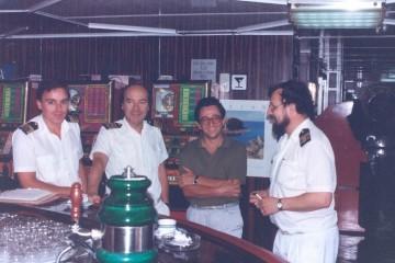 De izquierda a derecha: Carlos Gómez Verges, primer oficial de puente;  Francisco Font Betanzos (capitán), Jesús Salgado Álvarez (jefe de prensa de Trasmediterránea) e Ignacio Escarda Salgado, oficial sobrecargo