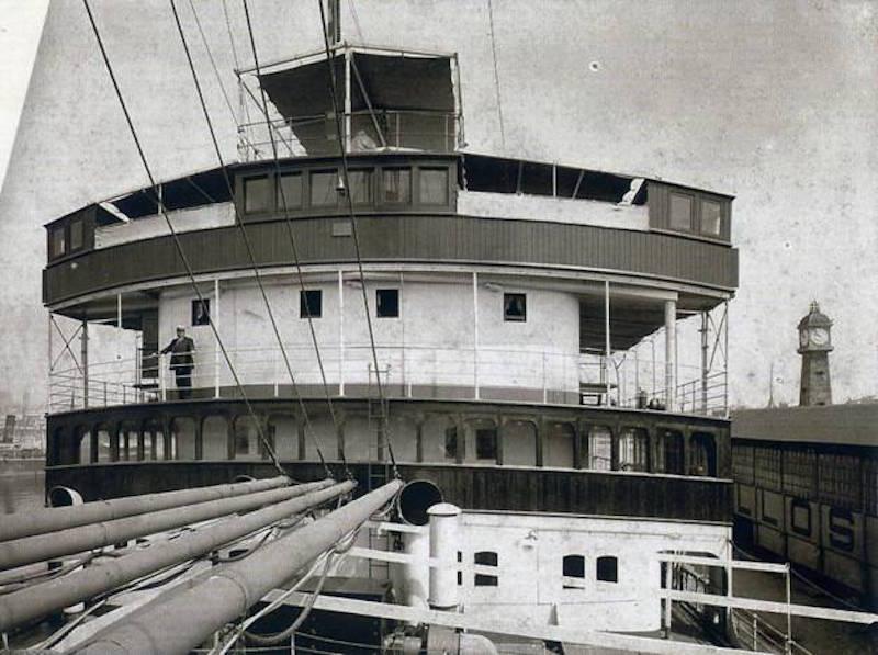 Detalle del puente de mando semiabierto, característico de la época