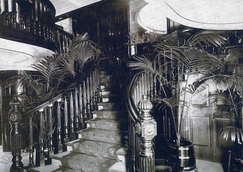 """Escalera de acceso a primera clase del trasatlántico """"Príncipe de Asturias"""""""