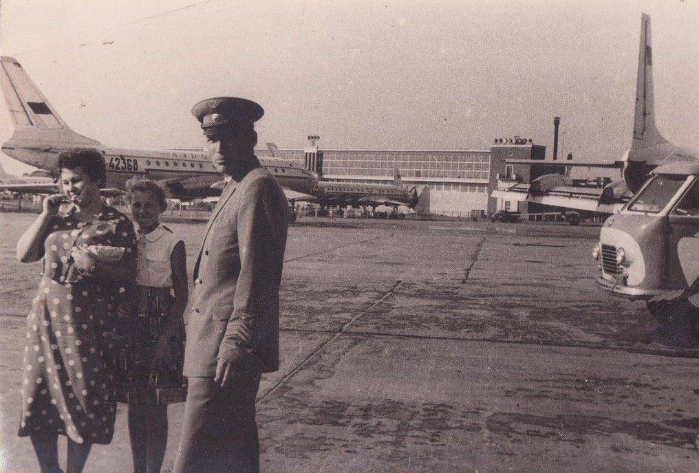 Al fondo de la imagen, la terminal de pasajeros del aeropuerto de Moscú