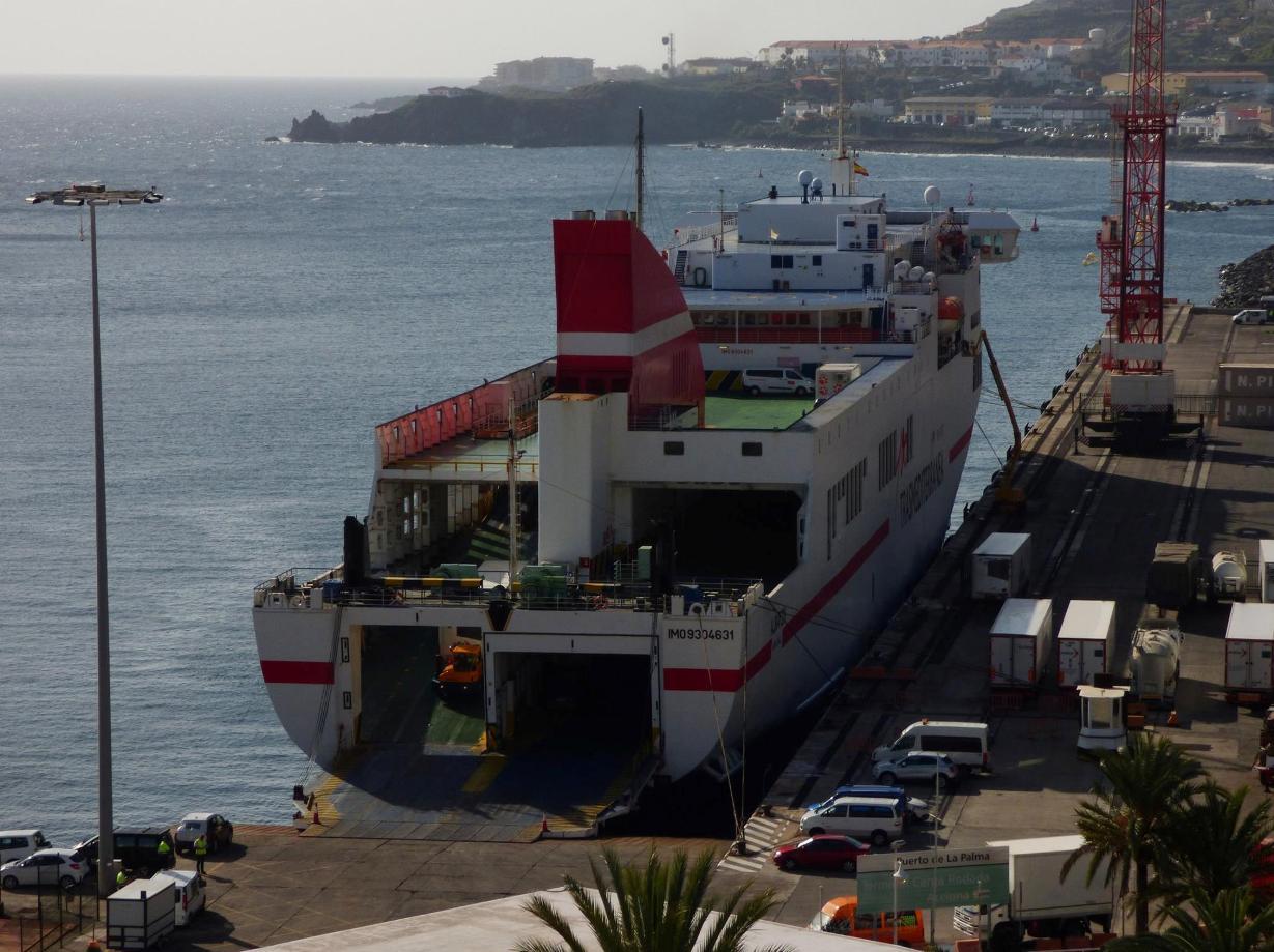 Visto desde La Portada, atracado en el muelle de ribera del puerto palmero