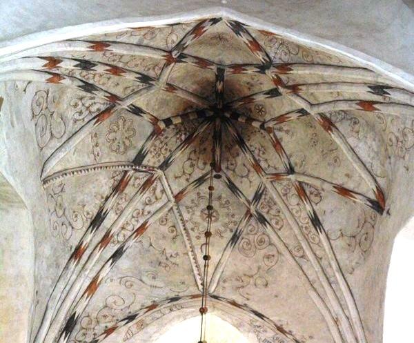 Detalle de las pinturas de origen medieval que adornan la bóveda del altar
