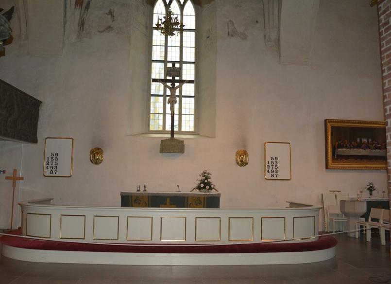 La sobriedad y sencillez domina el altar mayor. A la derecha, el cuadro de J. Desarnod