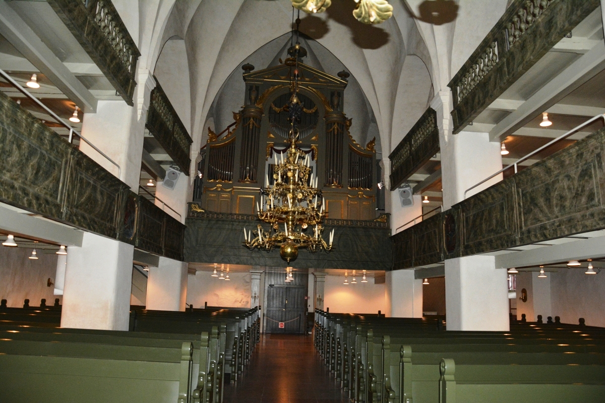 Nave central. Los candelabros fueron donados en los siglos XVIII y XIX