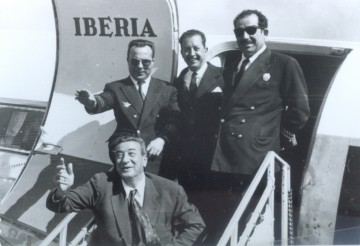 Luis Guil (de pie, primero por la izquierda), con un grupo de amigos en la escalerilla de un avión DC-3 de Iberia
