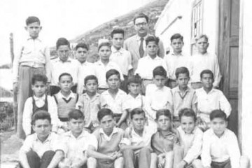 Juan Torres y su grupo de alumnos en la escuela de Las Indias (1954)