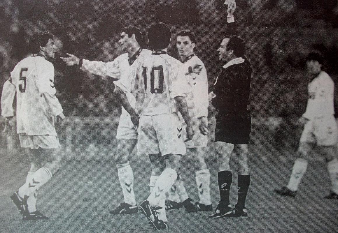 El árbitro muestra la tarjeta a Sanchís  (foto Vega)