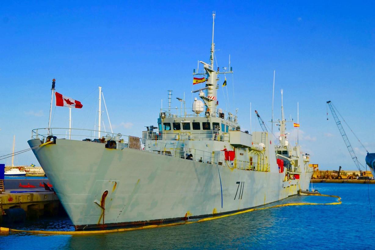 """El patrullero """"HMCS Summerside"""" (MM-711), visto por la amura de babor"""