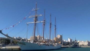 """El buque-escuela """"Juan Sebastián de Elcano"""" y el patrullero """"Cazadora"""", ayer, en el puerto de Cádiz"""