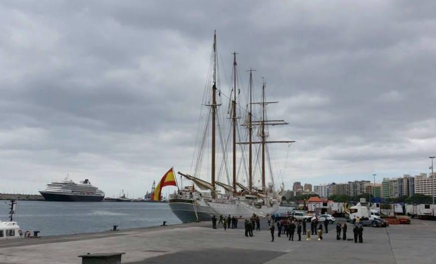 El buque-escuela se prepara para su salida del puerto tinerfeño