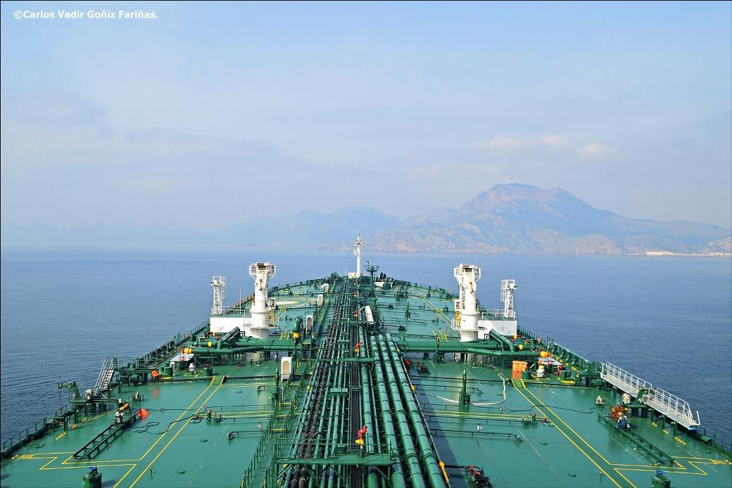 """Vista de la cubierta principal del petrolero """"Prudent Warrior"""" desde el puente de mando"""