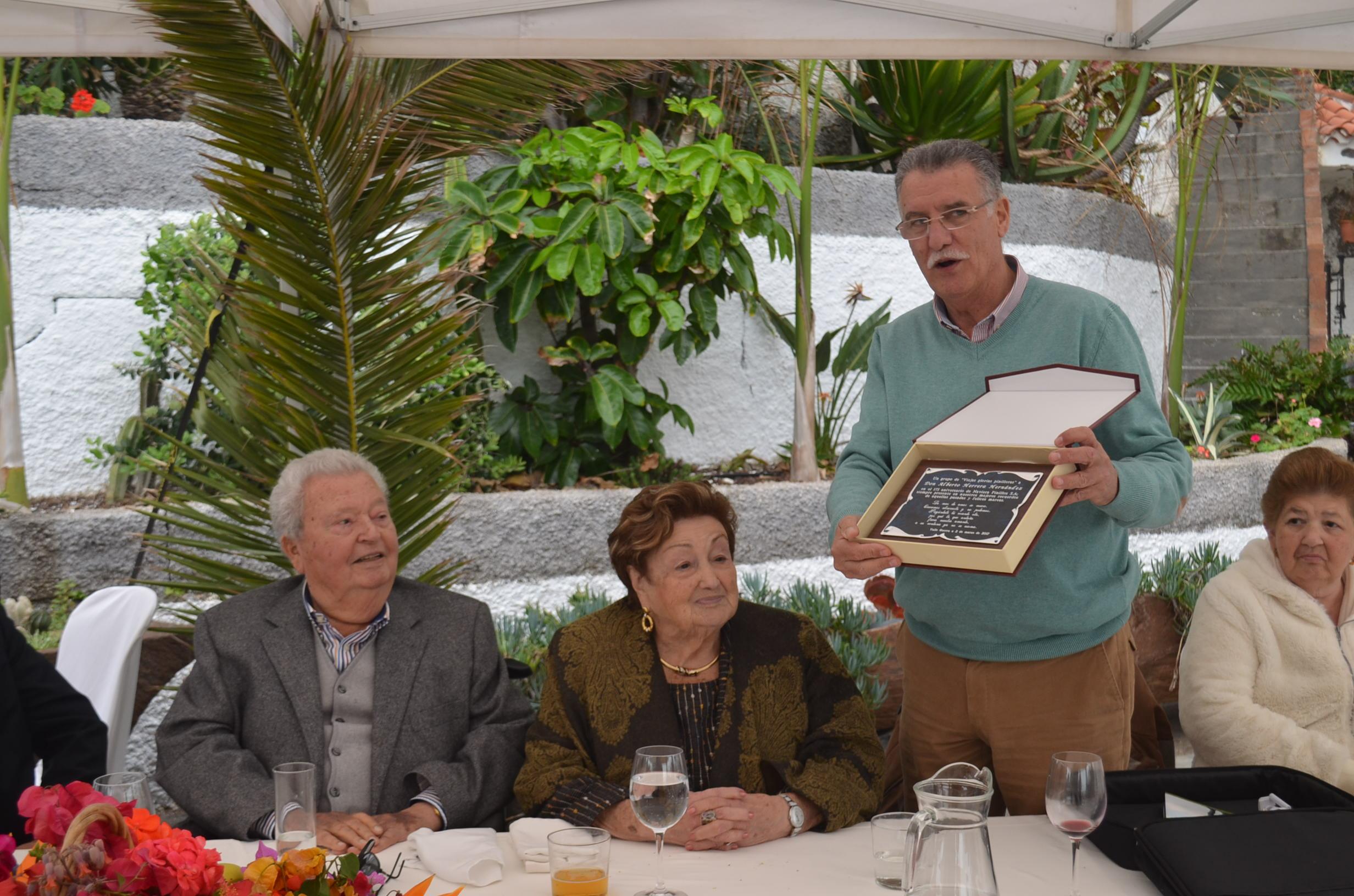 Julio González Padrón entregó una placa