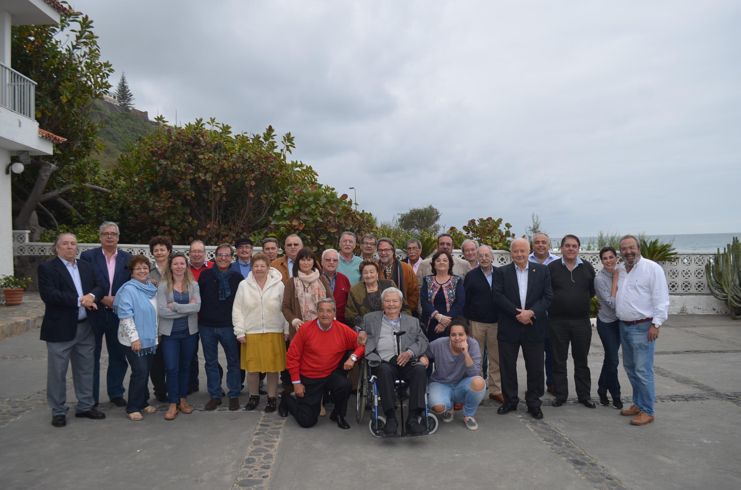 Foto de familia de los asistentes al homenaje ayer a Alberto Juan Herrera Hernández