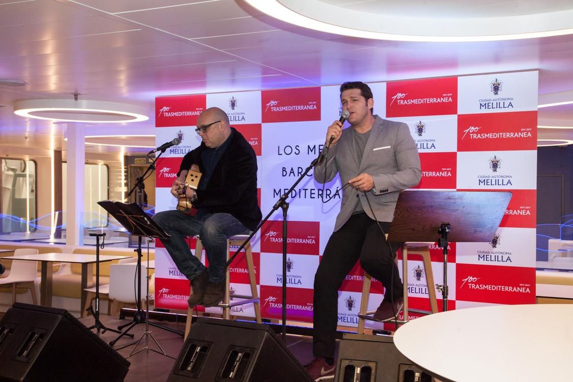 """El cantante Manu Tenorio, en su actuación a bordo del buque """"Fortuny"""""""