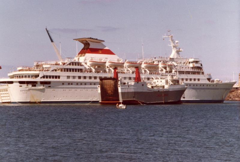 """El buque """"Volcán de Timanfaya"""" auxilia al buque soviético """"Kareliya"""""""