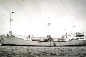"""El buque """"Piconegro"""", visto en toda su eslora por la banda de babor"""