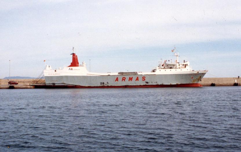 """El buque """"Volcán de Timanfaya"""", atracado en el puerto de La Savina"""