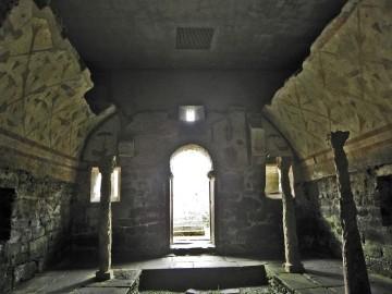 Interior de la cripta, con detalle de sus columnas y decoración