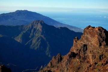 En primer término, el volcán Bejenado y, al fondo, la Cumbre Vieja
