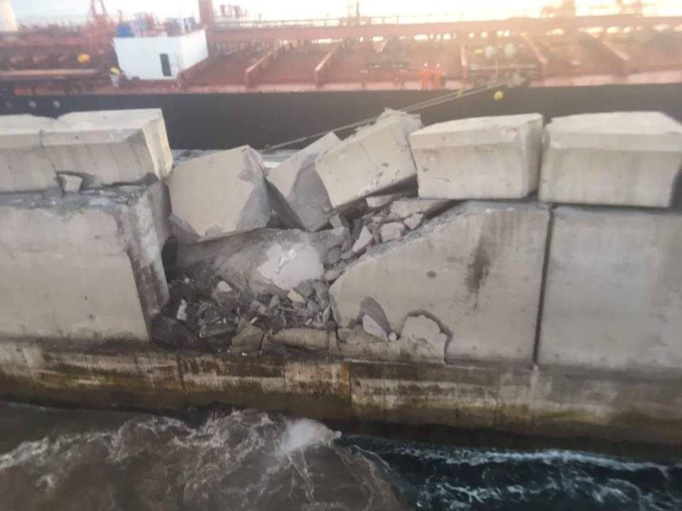 Así quedó el trozo de muelle afectado tras el impacto de la proa del buque