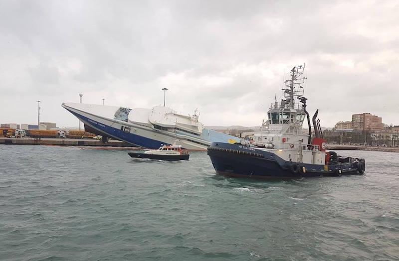 El buque está hundido de popa y escorado a babor