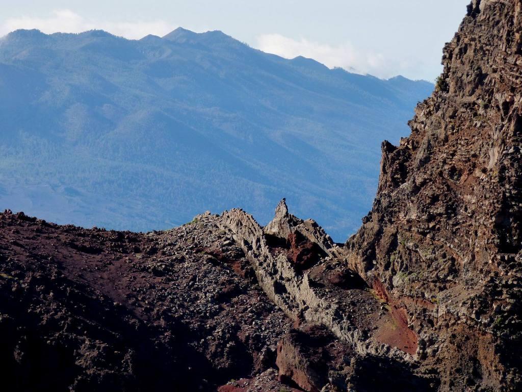 Al fondo, la Cumbre Vieja y la sucesión de conos volcánicos