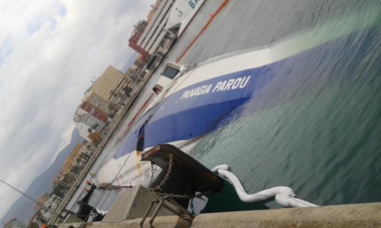 """El buque """"Panagia Parou"""" está acostado sobre la banda de babor"""