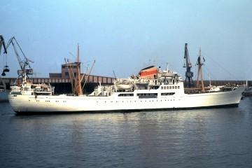 """El buque """"Ciudad de Oviedo"""", visto en toda su eslora por la banda de estribor"""