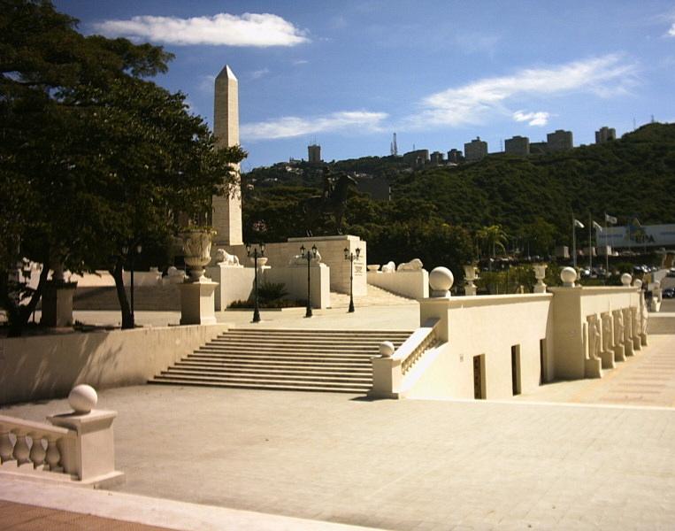 Monumento a los Precursores. Antesala y acceso al obelisco