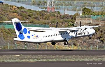 El avión ATR-72 recién vendido, despegando del aeropuerto de La Palma