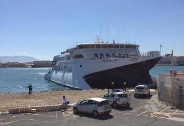 El catamarán colisionó contra la escollera del dique de levante