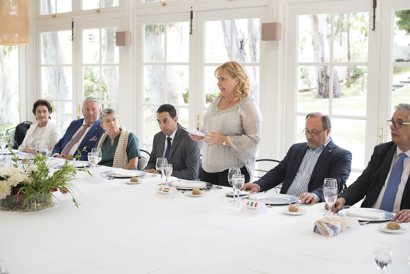 La decana del Cuerpo Consular y cónsul de Hungría, en la presentación de los invitados