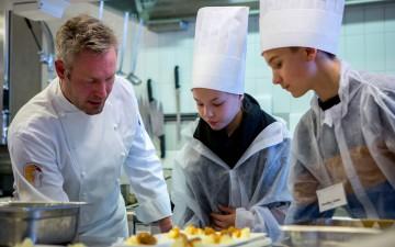 El cheff Eero Vottonen y  alumnos de primaria de Turku