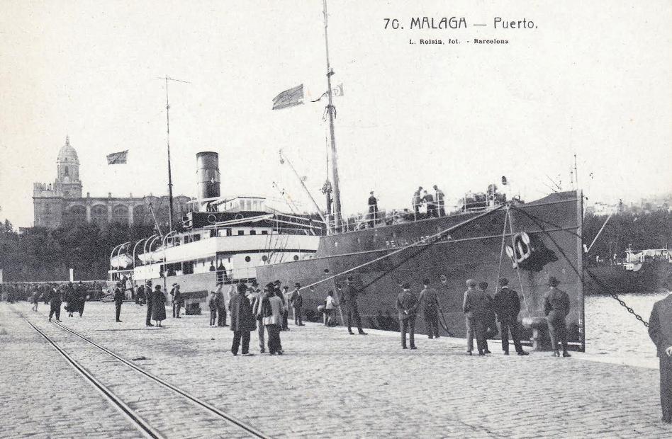 """El buque """"Reina Victoria"""", atracado en el puerto de Málaga"""