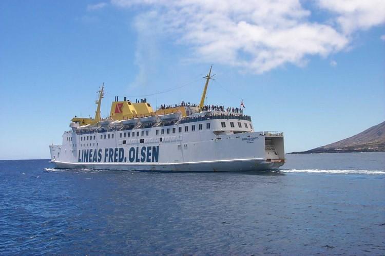 """El buque """"Barlovento"""", maniobrando en el puerto de La Estaca, El Hierro"""