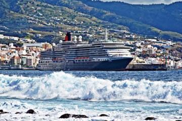 """El buque """"Queen Victoria"""", atracado en el puerto de Santa Cruz de La Palma"""