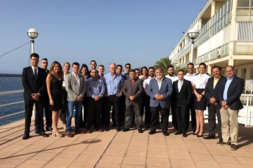 Foto de familia de los  nuevos oficiales de Náutica Civil y Marítima de Tenerife y los miembros del tribunal