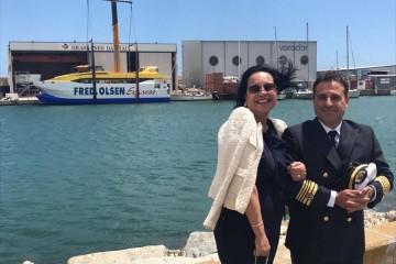 """Laly Hernando, madrina del buque y el capitán José Manuel """"Mel"""" García Bethencourt"""