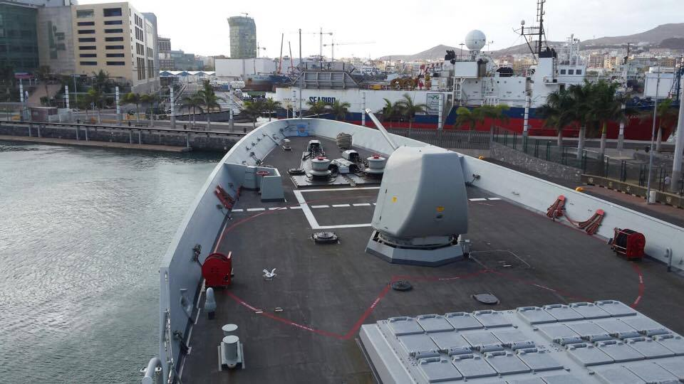 El buque enfila el atraque en el muelle Santa Catalina
