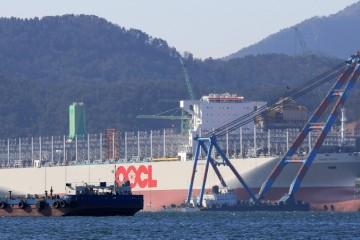 """El buque """"OCCL Hong Kong"""", en el muelle de armamento del astillero Samsung"""