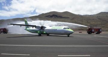 """El avión ATR-72 """"Virgen de los Reyes"""" recibe el homenaje de los bomberos de El Hierro"""